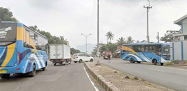 Bus Rapid Transit (BRT) atau lebih di kenal Si Tayo saat melaju di Jalur Lingkar Selatan.