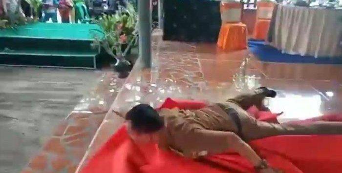 Tangkapan layar Kepala Desa Gantar Indramayu kesurupan (ist)