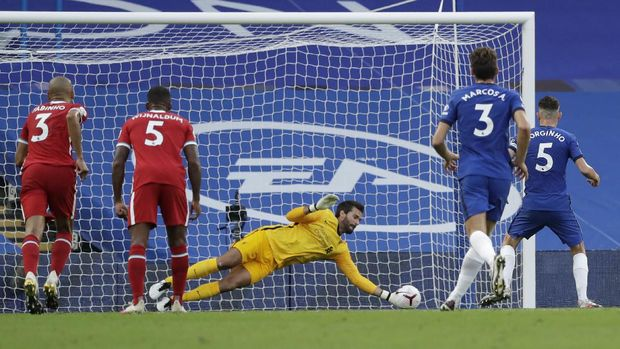 Tendangan penalti Chelsea yang gagal (getty images)