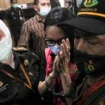 Tersangka kasus suap pengurusan pengajuan fatwa bebas Mahkamah Agung (MA) untuk membebaskan Djoko Tjandra, Pinangki Sirna Malasari berjalan usai menjalani pemeriksaan di gedung Bundar, Kejaksaan Agung