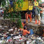 Tim Biawak Bersihkan Kali Penuh Sampah