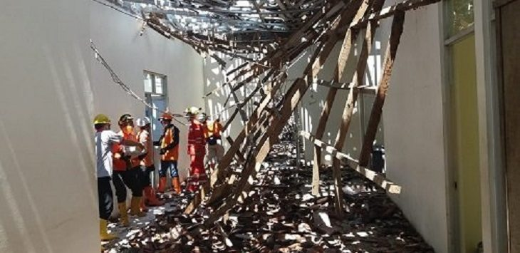 Petugas mengevakuasi atap RSUD Ciamis rubuh./Foto: RT
