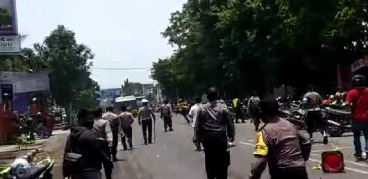 Suasana demo tolak UU Cipta Kerja di Cirebon./Foto: Dede
