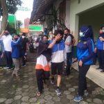 Emak emak menjemput anaknya yang ikut demo di depan Istana Bogor (rbg)