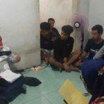 Kepala BP2MI Benny Rhamdani (kiri) saat menggerebek penampungan pekerja migran ilegal di Kabupaten Cirebon