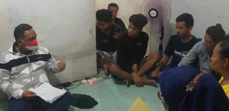 Kepala BP2MI Benny Rhamdani (kiri) saat menggerebek penampungan pekerja migran ilegal di Kabupaten Cirebon./Foto: Istimewa