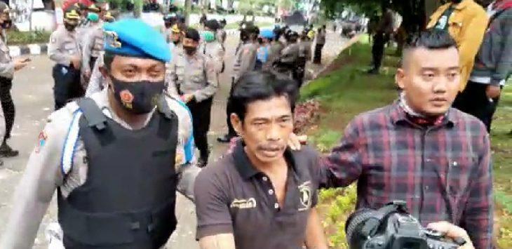 Salah seorang warga diamankan saat unjuk rasa berlangsung di depan kantor DPRD Purwakarta, karena diduga mabuk minuman keras.