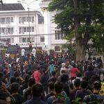 Mahasiswa Bandung bentrok dengan polisi di depan gedung DPRD Jabar pada hari kedua demo Rabu 7 Oktober (arf)