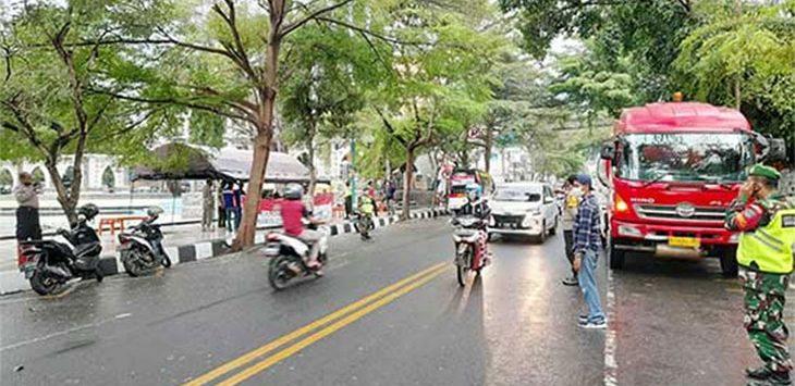 Petugas gabungan saat melakukan operasi Yustisi di ruas Jalan Raya Nasional Palabuhanratu - Cisolok.