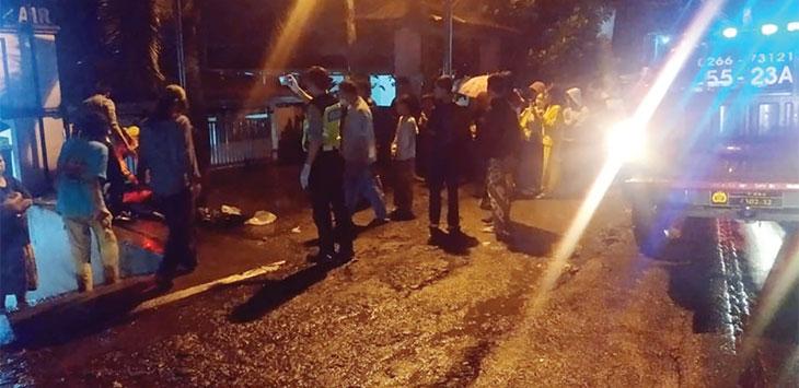 Petugas saat melakukan olah TKP di Kampung Legos, RT 01/05, Desa Nyangkowek, Kecamatan Cicurug, Kabupaten Sukabumi Rabu malam (21/10/2020).