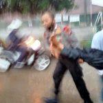 Polisi dan warga menggotong korban pohon tumbang di Jalan Inspeksi Kalimalang ,Tambun Selatan, Senin (26/10/2020).
