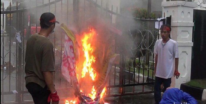 Pendemo membakar spanduk di pagar DPRD Jabar (dtc)