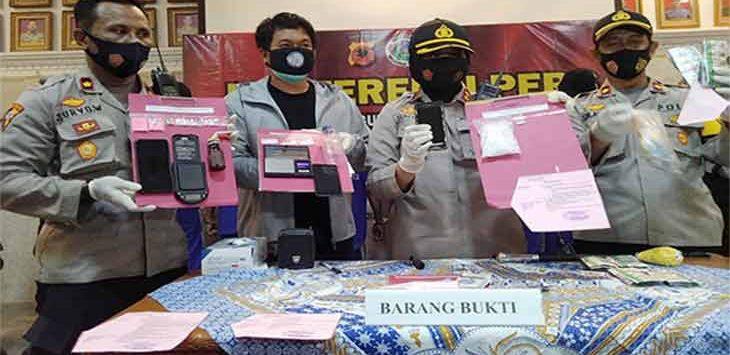 Kapolres Sukabumi Kota, AKBP Sumarni saat memperlihatkan sejumlah barang bukti di Aula Graha Rekonfu Polres Sukabumi Kota, Sabtu (24/10) malam.