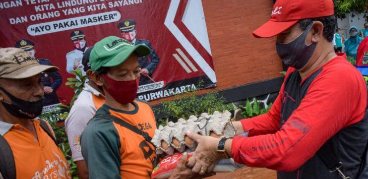 Para petugas kebersihan kabupaten purwakarta mendapatkan sembako dari pemda setempat