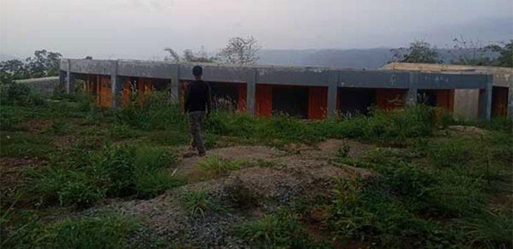 Salah seorang warga setempat saat menunjukan lokasi proyek pembangunan amphitheatreo yang mangkrak, di kawasan Geopark Ciletuh Palabuhanratu, tepatnya di Panenjoan, Desa/Kecamatan Ciemas.