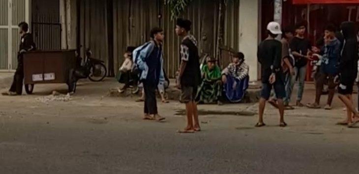 Sekumpulan remaja sedang berusaha menghadang laju kendaraan di Jalan Pantura Lama Jatibarang, kemarin./Foto: RC