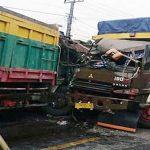 Kondisi Dua truk tabrakan adu bagong di Jalan Raya Sukabumi-Bogor, tepatnya di Jalan Raya Karang Tengah Kecamatan Cibadak.