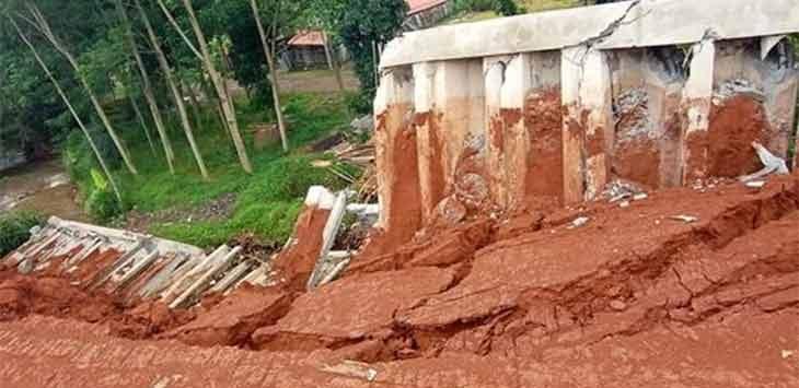 Kondisi turap beton yang jebol akibat hujan deras yang mengguyur Depok sabtu malam (24/10/2020). Ist