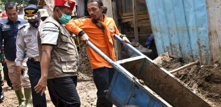Wakil Gubernur Jawa Barat, Uu Ruzhanul Ulum saat meninjau lokasi banjir bandang di Kabupaten Garut./Foto: Rmol
