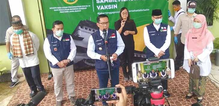 Gubernur Jawa Barat Ridwan Kamil memberikan keterangan soal simulasi vaksin Covid-19, didampingi Pjs Walikota Depok Dedi Supandi bersama Kepala Dinas Kesehatan Kota Depok Drg Novarita di Puskesmas Tapos, beberapa waktu lalu.