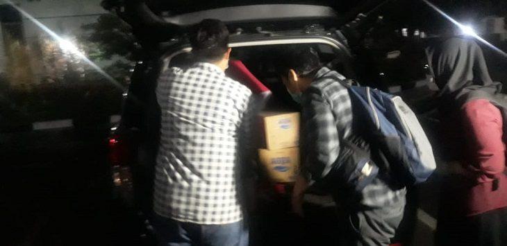 Penyidik KPK bawa sejumlah berkas ke dalam mobil di Bandung Barat, Kamis (12/11/2020)./Foto: Istimewa