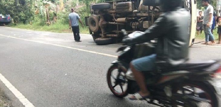 Mobil Box terbalik di Jalan Pamarican Kabupaten Ciamis, karena  melindas solar, Senin (23/11)./Foto: Istimewa