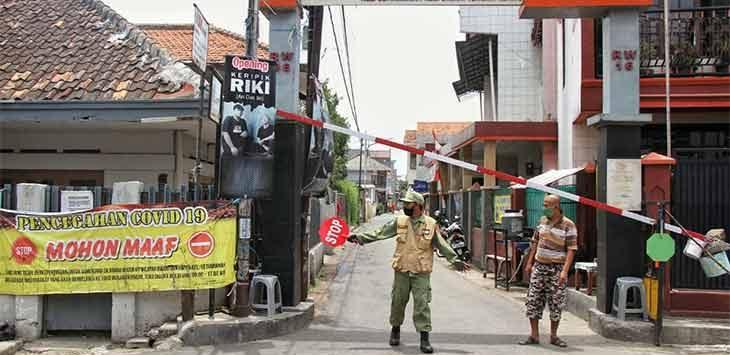 Petugas Linmas menjaga akses masuk ke perumahaan warga untuk penerapan Pembatasan sosial bersekala mikro (PSBM) di Jalan Kademang, Kelurahan Setiamanah, Kota Cimahi, beberapa waktu lalu.