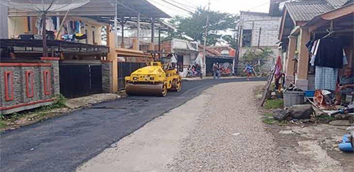 Dinas Perhubungan Kota Sukabumi sedang memperbaiki jalan yang berlubang.
