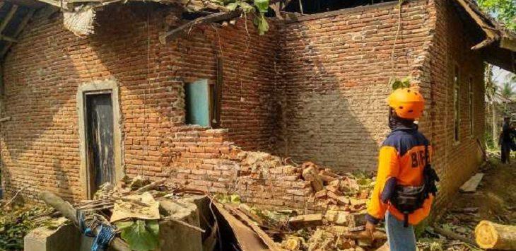 Rumah ambruk di Bekasi./Foto: Istimewa