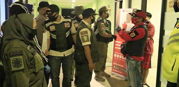 Sejumlah petugas gabungan saat melakukan penyisiran indekos dan rumah kontrakan dibeberapa kecamatan Kota Sukabumi, belum lama ini.