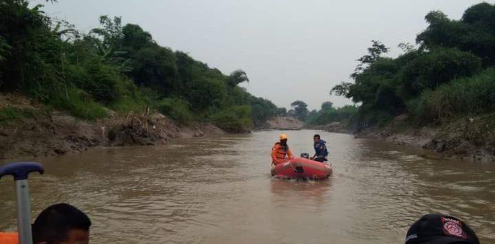 Tim SAR lakukan pencarian pria hilang tenggelam di Sungai Cibeet Karawang sejak Ahad (22/11/2020)./Foto: Istimewa
