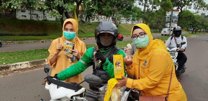Anggota DPRD Provinsi Jabar, Ade Puspitasari membagikan masker di Kota Depok, Minggu (22/11/2020).