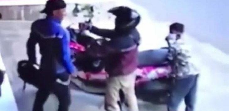 Tangkapan layar aksi pencuri (jaket biru) saat tepergok korbannya di Sumedang./Foto: Istimewa