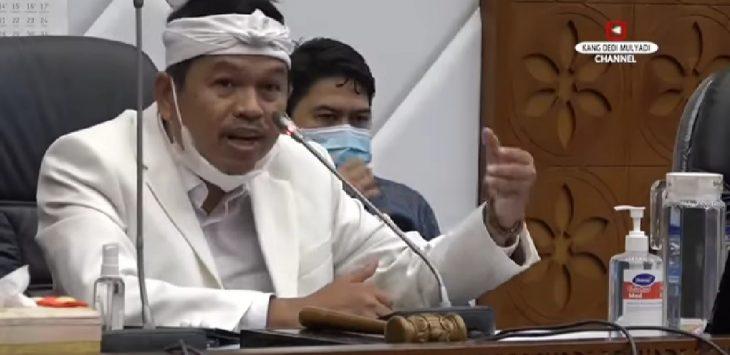Wakil Ketua Komisi IV Dedi Mulyadi saat menjabarkan hasil kunjungan kerja ke kepulauan bangka belitung, masalah pencemaran lingkungan hidup oleh kapal tambang di pesisir pantai matras di Kantor DPR RI.