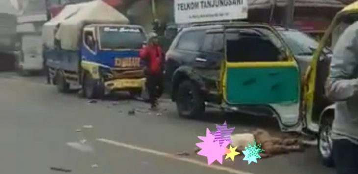 Salah satu korban kecelakaan maut di tanjungsari sumedang, saat masih terbaring di tengah badan jalan sebelum di evakuasi petugas. (Vid).