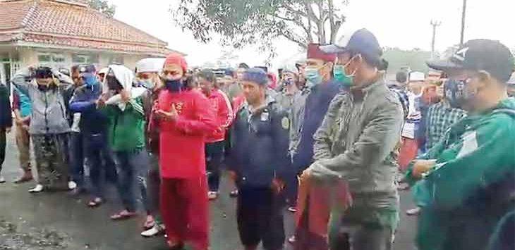 Masyarakat muslim perwakilan wilayah Pajampangan, saat mendatangi Mapolsek Surade, Senin (14/12).