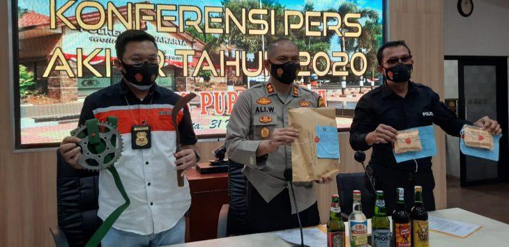 Kapolres Purwakarta (Tengah) saat menunjukan barang bukti yang didampingi Kasat Reskrim (Kiri) Kasat Narkoba (Kanan) pada acara refleksi akhir tahun konfres di Mapolres Purwakarta.