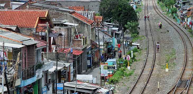 Tampak warga tengah berjalan di kawasan padat penduduk di Cibereum, Kota Cimahi, Senin (28/12).