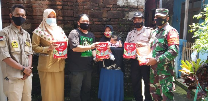 Ketua YANU cabang Cirebon, Puguh saat berikan bantuan. Dede