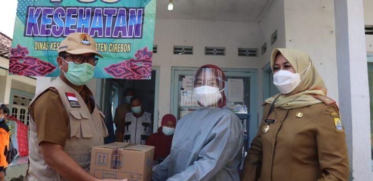 Bupati Cirebon Imron secara simbolis berikan bantuan. Dede