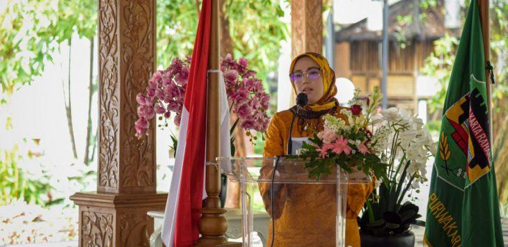 Bupati Purwakarta Anne Ratna Mustika saat memberikan sambutan dalam acara tatanen di bale atikan (salah satu program pendidikan berkarakter). Foto dok.