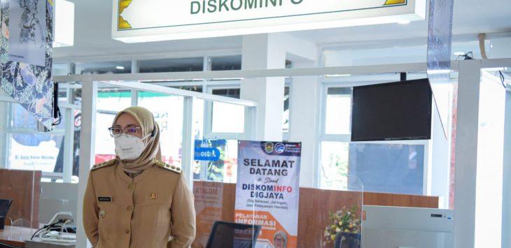 Bupati Purwakarta Anne Ratna Mustika, saat sidak di pelayanan publik. Tampak Meja pelayanan Diskominfo Kosong, membuat bupati kesal dan marah.