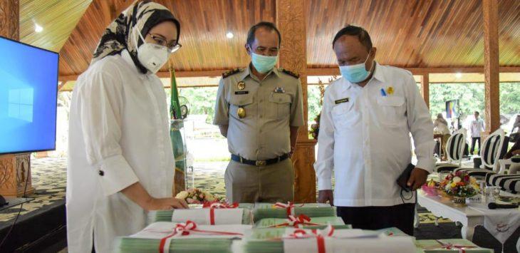 Bupati Purwakarta, Anne Ratna Mustika didampingi kepala BPN (tengah) dan Sekda (kanan) sesaat sebelum membagikan sertifikat.