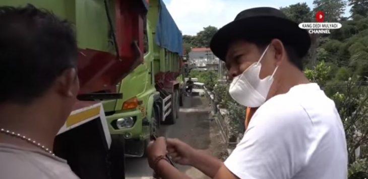 Wakil ketua komisi IV DPR RI saat marah kepada sopir dump truk pengangkut tanah merah, karena parkir diatas jembatan yang membahayakan pengguna jalan lainnya.(foto fb kang dedi mulyadi)