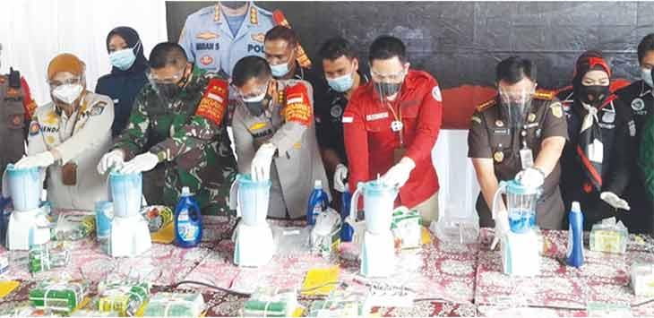 Forkopimda Kota Depok saat melakukan pemusnahan barang bukti narkotika jenis sabu sebanyak 44 kilogram jaringan internasional dengan cara diblender, di Kantor Polres Metro Depok, Rabu (20/1).