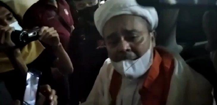 Habib Rizieq Syihab saat akan dipindahkan dari Polda Metro Jaya ke Rutan Bareskrim Polri, Kamis (14/1/2021)./Foto: Firdausi.