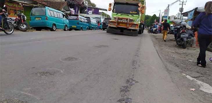 Kondisi ruas jalan raya Karang Tengah Cibadak yang baru diperbaiki namun bolong-bolong.