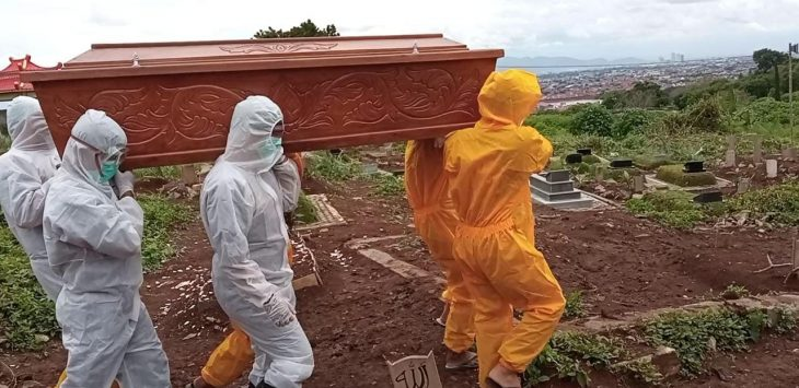 Ilustrasi pemakaman jenazah covid-19. Foto/Arif
