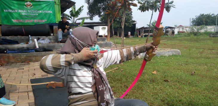 Ketua DPRD Kota Cirebon Afffiati saat berlatih Jemparingan. Dede