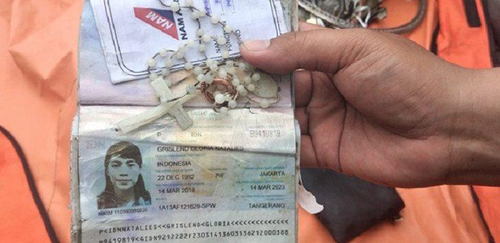 Kalung rosario, cincin dan paspor milik Grislend Gloria Natalies penumpang pesawat Sriwijaya Air SJ182 yang jatuh di perairan Kepulauan Seribu./Foto: Istimewa